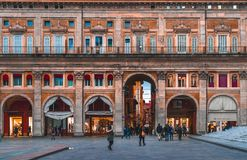 Gente que camina en la plaza Maggiore en Bolonia, Italia, el 17 de febrero Foto de archivo