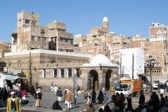 Gente que camina en la plaza principal de Sana viejo Foto de archivo libre de regalías