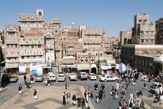 Gente que camina en la plaza principal de Sana viejo Imágenes de archivo libres de regalías