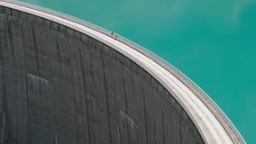 Gente que camina en la presa en el depósito Mooserboden Stausee, Austria de Kaprun almacen de metraje de vídeo