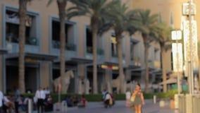 Gente que camina en la 'promenade' cerca de alameda y de las palmas almacen de metraje de vídeo
