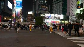 Gente que camina en la travesía diagonal en la noche, Tokio, Japón de Shibuya metrajes