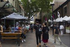 Gente que camina en la zona peatonal Imágenes de archivo libres de regalías