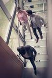 Gente que camina en las escaleras y que tiene discusión megabus fotografía de archivo