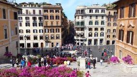 Gente que camina en los pasos españoles, en la plaza di Spagna, Roma metrajes