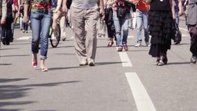 Gente que camina en Moscú. almacen de video