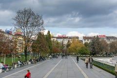 Gente que camina en parque delante del palacio nacional de la cultura en Sofía, Bulgaria Foto de archivo