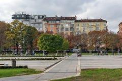 Gente que camina en parque delante del palacio nacional de la cultura en Sofía, Bulgaria Imagen de archivo