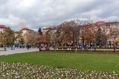 Gente que camina en parque delante del palacio nacional de la cultura en Sofía, Bulgaria Imágenes de archivo libres de regalías