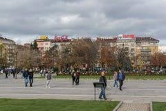 Gente que camina en parque delante del palacio nacional de la cultura en Sofía, Bulgaria Fotografía de archivo