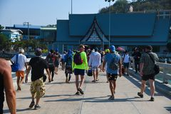 Gente que camina en puente de la playa de pattaya imágenes de archivo libres de regalías