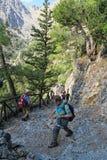 Gente que camina en rastro a través de la garganta de Samaria Crete, Grecia fotografía de archivo