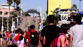Gente que camina en Santa Monica Pier LOS ÁNGELES almacen de metraje de vídeo