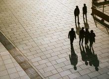 Gente que camina en silueta de la opinión superior del camino Fotos de archivo libres de regalías