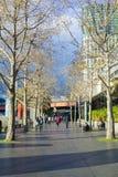 Gente que camina en Southbank en Melbourne cerca de puesta del sol Foto de archivo