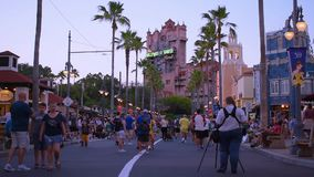 Gente que camina en Sunset Boulevard en los estudios de Hollywood metrajes
