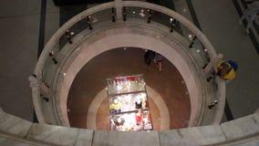 Gente que camina en un centro comercial grande de la ciudad almacen de metraje de vídeo