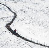 Gente que camina en un sendero nevoso Fotografía de archivo libre de regalías