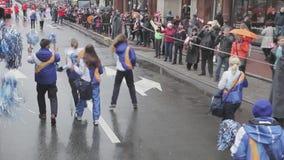 Gente que camina en uniforme con los poms del pom Raza de retransmisión de llama olímpica de Sochi en St Petersburg megabus almacen de video