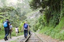 Gente que camina en vías del tren Foto de archivo libre de regalías