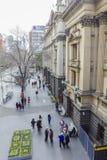Gente que camina fuera ayuntamiento Melbourne en Melbourne en invierno Imagen de archivo libre de regalías