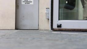 Gente que camina hacia fuera una puerta giratoria almacen de video