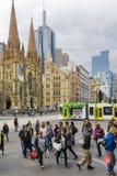 Gente que camina hacia la estación de la calle del Flinders en Melbourne Foto de archivo