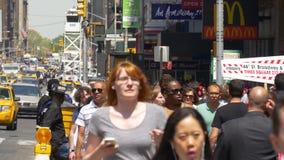 Gente que camina 4k los E.E.U.U. de la calle de Manhattan del día de verano de New York City almacen de metraje de vídeo