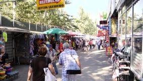 Gente que camina la calle Chisinau de Armeneasca de la cámara lenta almacen de video