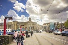 Gente que camina las calles de Amsterdam Fotografía de archivo libre de regalías