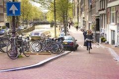 Gente que camina las calles de Amsterdam Fotos de archivo