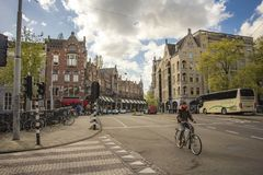 Gente que camina las calles de Amsterdam Fotos de archivo libres de regalías