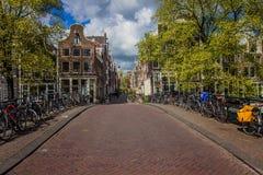 Gente que camina las calles de Amsterdam Imagen de archivo libre de regalías