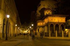 Gente que camina las calles en la noche - monasterio de Stavropoleos Imagen de archivo libre de regalías