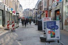 Gente que camina a lo largo de la calle en el centro histórico de Utrecht, los Países Bajos imagen de archivo libre de regalías