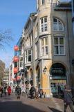 Gente que camina a lo largo de la calle en el centro histórico de Utrecht, t fotografía de archivo libre de regalías