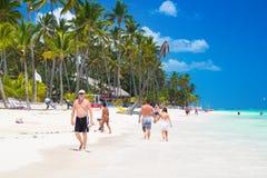 Gente que camina a lo largo de la costa costa y que toma el sol en una de la mejor playa de la zona del Caribe Imagen de archivo libre de regalías