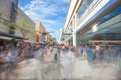 Gente que camina a lo largo de una calle de las compras en Adelaide imagen de archivo libre de regalías