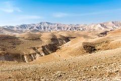 Gente que camina paisaje hermoso del desierto de los barrancos de piedra de las montañas Imagen de archivo