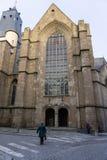 Gente que camina para arriba a la iglesia de St Germain en Rennes, Francia foto de archivo