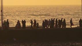 Gente que camina por el mar almacen de video