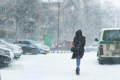 Gente que camina a través de la calle de la ciudad cubierta con nieve durante heav fotos de archivo