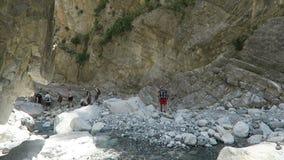 Gente que camina a través de Samaria Gorge en Creta Grecia Arrastre llevar a través de las montañas de Lefka Ori hacia el mar almacen de video