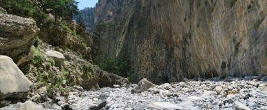 Gente que camina a través de Samaria Gorge en el parque nacional Lefka Ori m Fotos de archivo