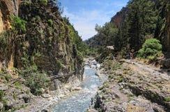 Gente que camina a través de Samaria Gorge en el parque nacional Lefka Ori m Fotos de archivo libres de regalías