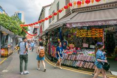 Gente que camina a través de un mercado de Chinatown Imagenes de archivo