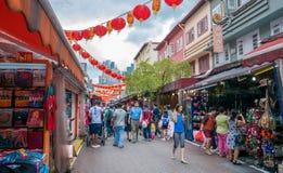 Gente que camina a través de un mercado de Chinatown Imagen de archivo libre de regalías