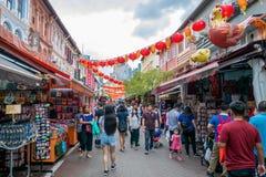 Gente que camina a través de un mercado de Chinatown Foto de archivo libre de regalías