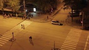 Gente que camina a través del camino almacen de metraje de vídeo