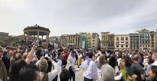 Gente que camina y que baila en plaza del castillo en Pamplona, Navarra foto de archivo libre de regalías